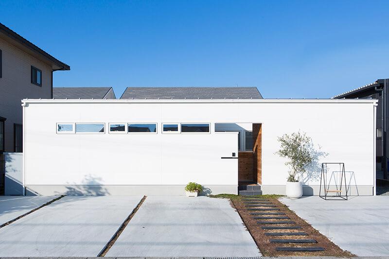 庭というリビングを持つ家の写真1