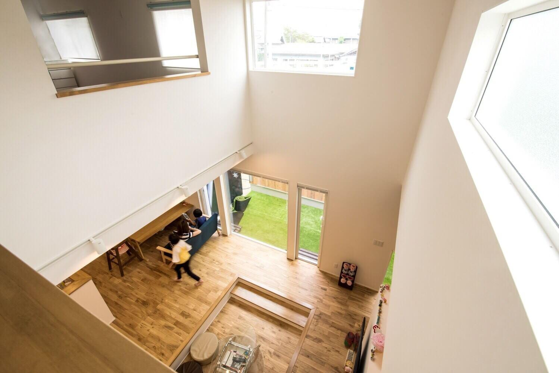 外からの視線を遮りながら 青空を切り抜いた2つの箱をもつお家の写真4