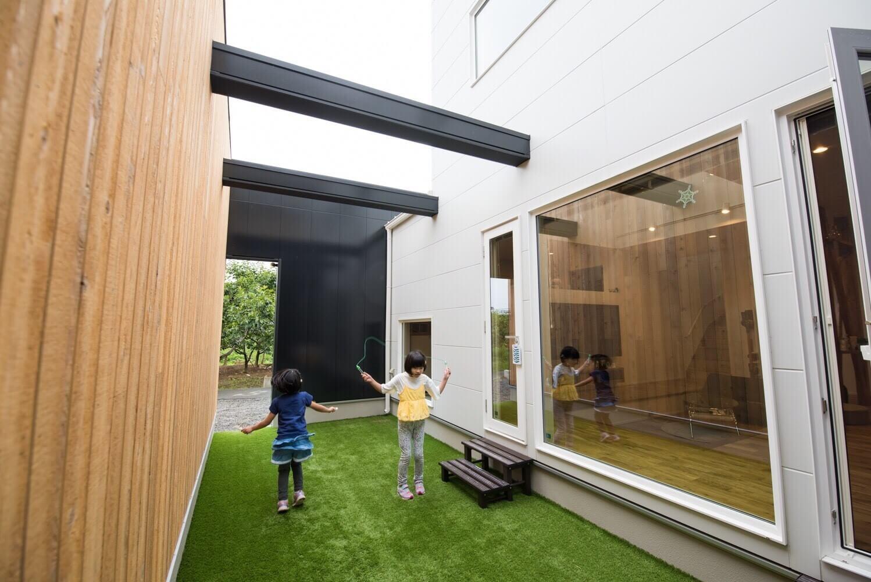 外からの視線を遮りながら 青空を切り抜いた2つの箱をもつお家の写真3